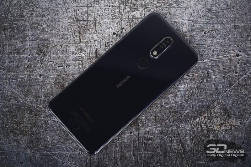 Nokia 7.1, задняя панель: блок с двумя камерами и двойной светодиодной вспышкой, ниже – сканер отпечатков пальцев