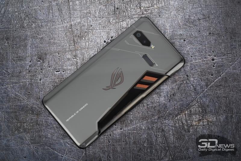 ASUS ROG Phone, задняя панель: блок двойной камеры, одинарная светодиодная вспышка, сканер отпечатков пальцев и несколько декоративных элементов – светящийся логотип Republic of Gamers и «отверстия» системы охлаждения