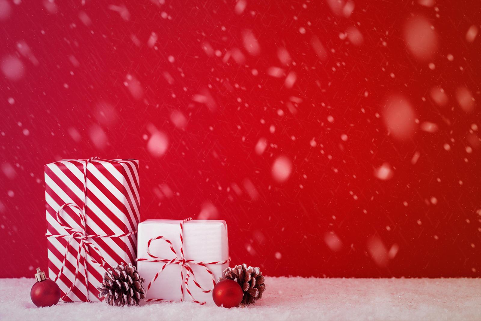 Новогодний фон с подарками и украшениями.