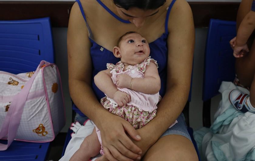 """Мать держит дочь, которая родилась с микроцефалией """"width ="""" 840 """"height ="""" 530 """"/>   <div class="""