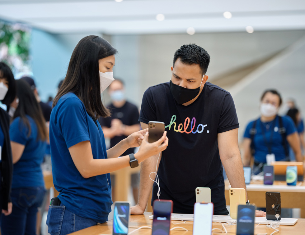 Члены команды Apple Orchard Road изучают функции iPhone 12.