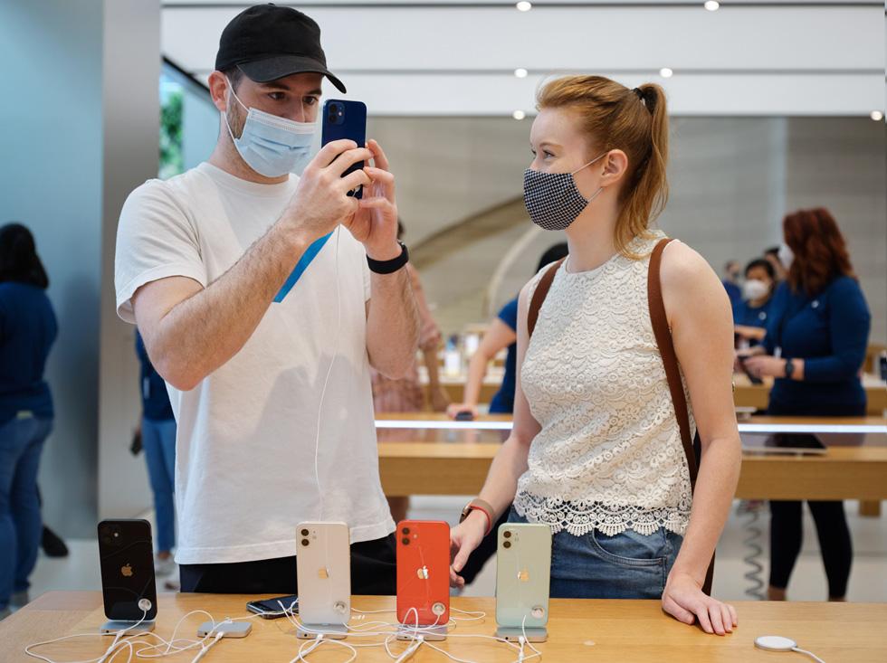 Покупатели из Apple Orchard Road тестируют камеру на iPhone 12 Pro.