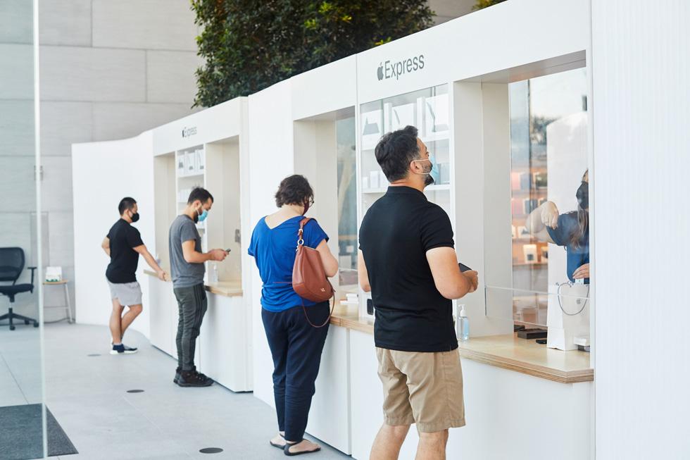 Клиенты забирают продукты или получают поддержку Genius в магазине Express в Apple Highland Village.