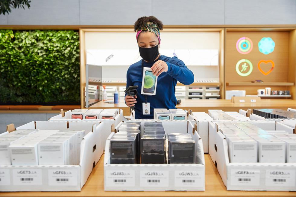 Сотрудник Apple продает последние продукты Apple в Apple Highland Village.