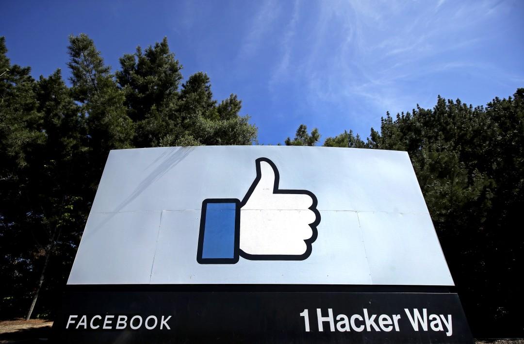 """Поднятый вверх большой палец «нравится» логотип показан на вывеске в штаб-квартире Facebook в Менло-Парке, Калифорния. """"Width ="""" 1080 """"height ="""" 709 """"/>   <div class="""