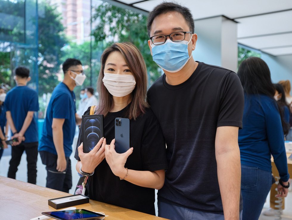 Покупатели Apple Orchard Road сравнивают iPhone 12 Pro и iPhone 12 Pro Max.