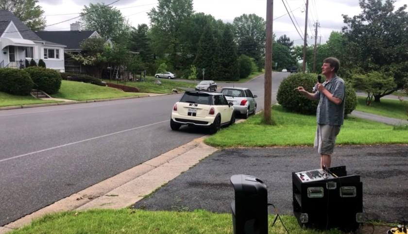 """Дэвид Ньюман дирижирует в мае на своей подъездной дорожке в Харрисонбурге, штат Вирджиния, проверяя свою идею пения хоров из автомобилей. """"Width ="""" 840 """"height ="""" 482 """"/>   <div class="""
