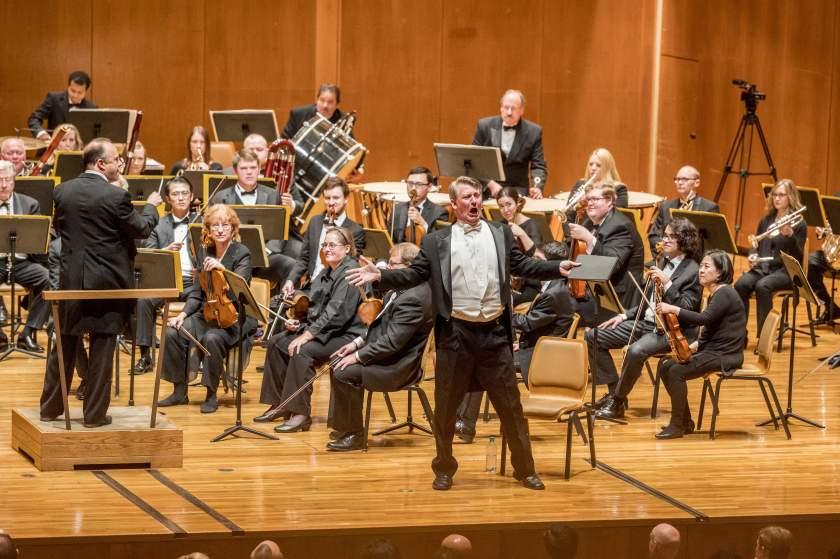 """Дэвид Ньюман поет в прошлом году с Симфоническим оркестром Шампейн-Урбана. """"Width ="""" 840 """"height ="""" 559 """"/>   <div class="""