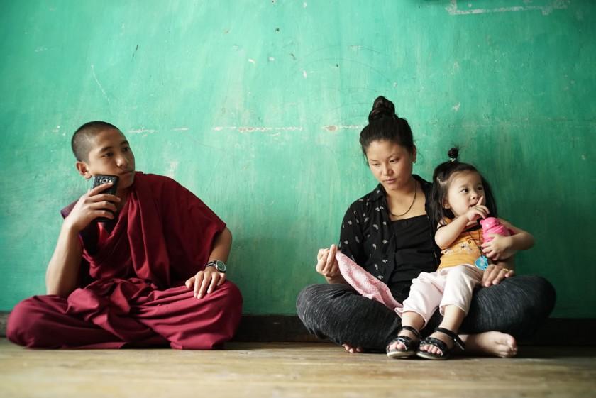 """Молодой монах сидит на полу с молодой матерью и ее дочерью в документальном фильме «Спой мне песню». """"Width ="""" 840 """"height ="""" 561 """"/>   <div class="""