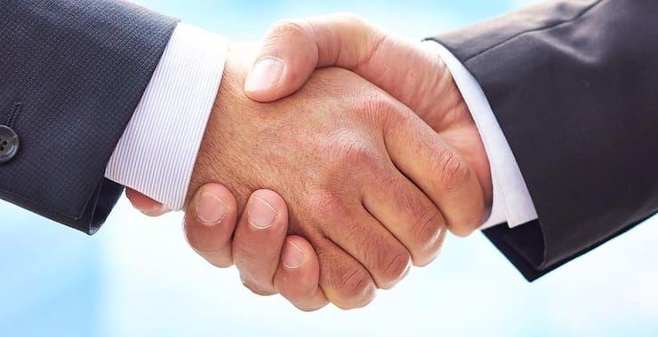 Как правильно пожимать руку: этикет рукопожатия