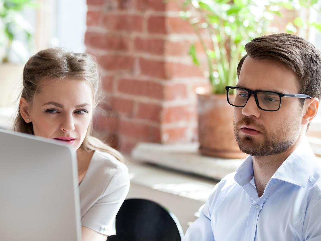Два разработчика смотрят на экран компьютера