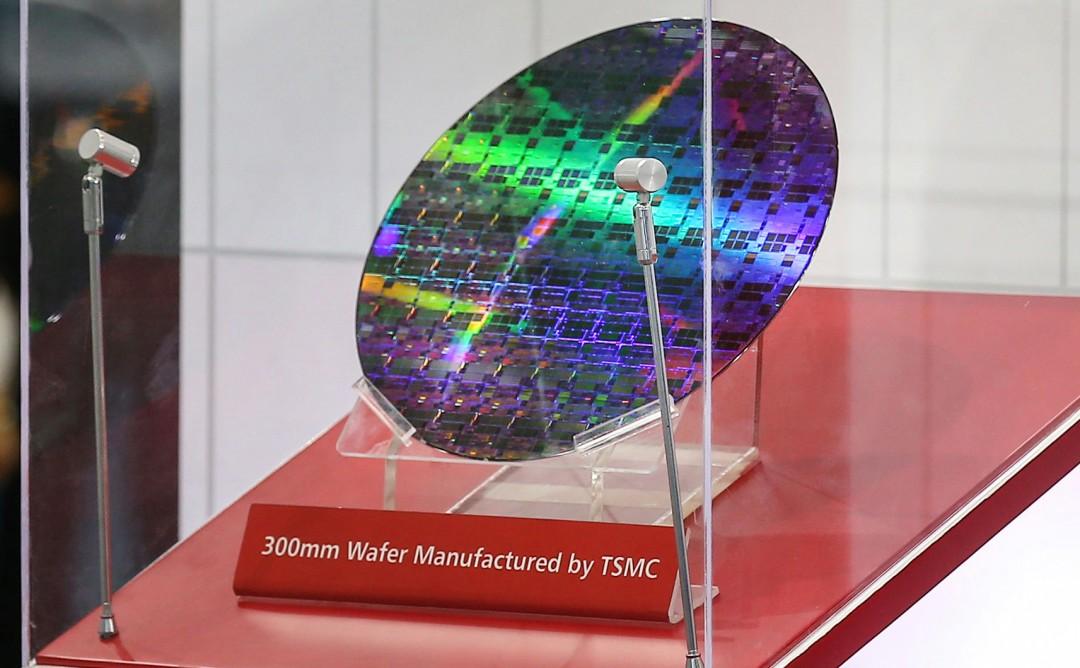 """Отражающий круглый полупроводниковый чип на дисплее со знаком, который гласит, что пластина 300 мм, произведена TSMC """"width ="""" 1080 """"height ="""" 668 """"/>   <div class="""