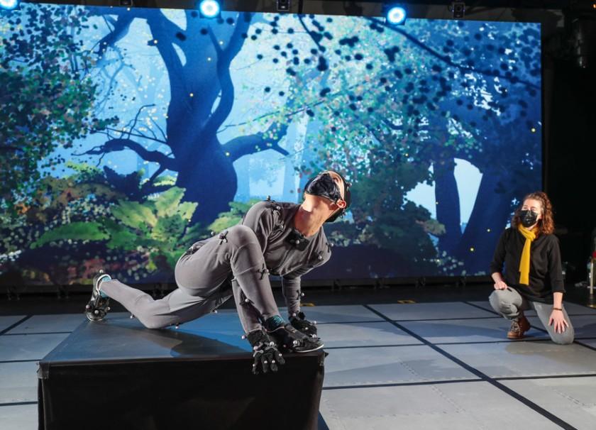 """Актер в маске на фоне экрана, изображающего лес, принимает позу. """"Width ="""" 840 """"height ="""" 606 """"/>   <div class="""