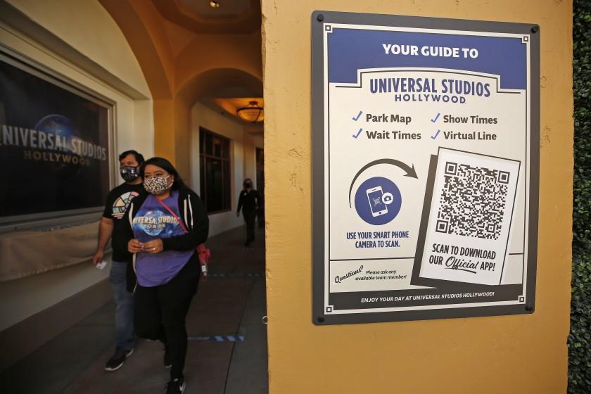 """На вывеске в Universal Studios Hollywood есть QR-код, который посетители могут отсканировать, чтобы загрузить приложение для парка. """"Width ="""" 840 """"height ="""" 560 """"/>   <div class="""