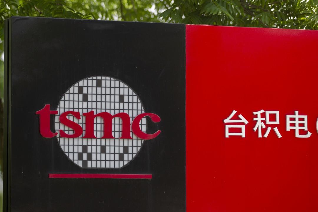 """Знак с логотипом компании со строчными буквами tsmc рядом с белыми китайскими иероглифами на красном фоне """"width ="""" 1080 """"height ="""" 720 """"/>   <div class="""