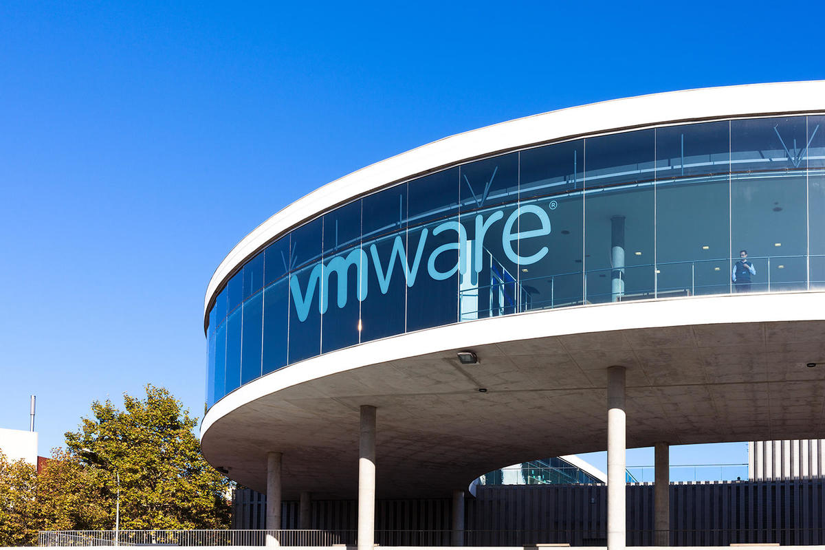 "Вид на выставочный центр VMWARE ""height ="" auto ""width ="" 1200 ""/> </span><figcaption> <span class="