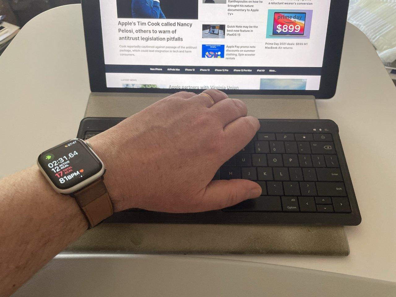 """Опциональный дополнительный рабочий стол небольшой, но достаточно большой для работы. Обратите внимание на упор для рук в основании стола и время моих исчерпывающих упражнений на Apple Watch """"height ="""" 960 """"loading ="""" lazy """"class ="""" img-responsive article-image """"/> </div> <p> <span class="""