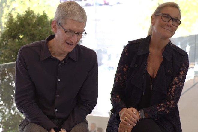 """Одним из основных сотрудников Кука в Apple была продавец Анджела Арендтс в 2014 году """"height ="""" 440 """"loading ="""" lazy """"class ="""" img-responsive article-image """"/ > </div> <p> <span class="""