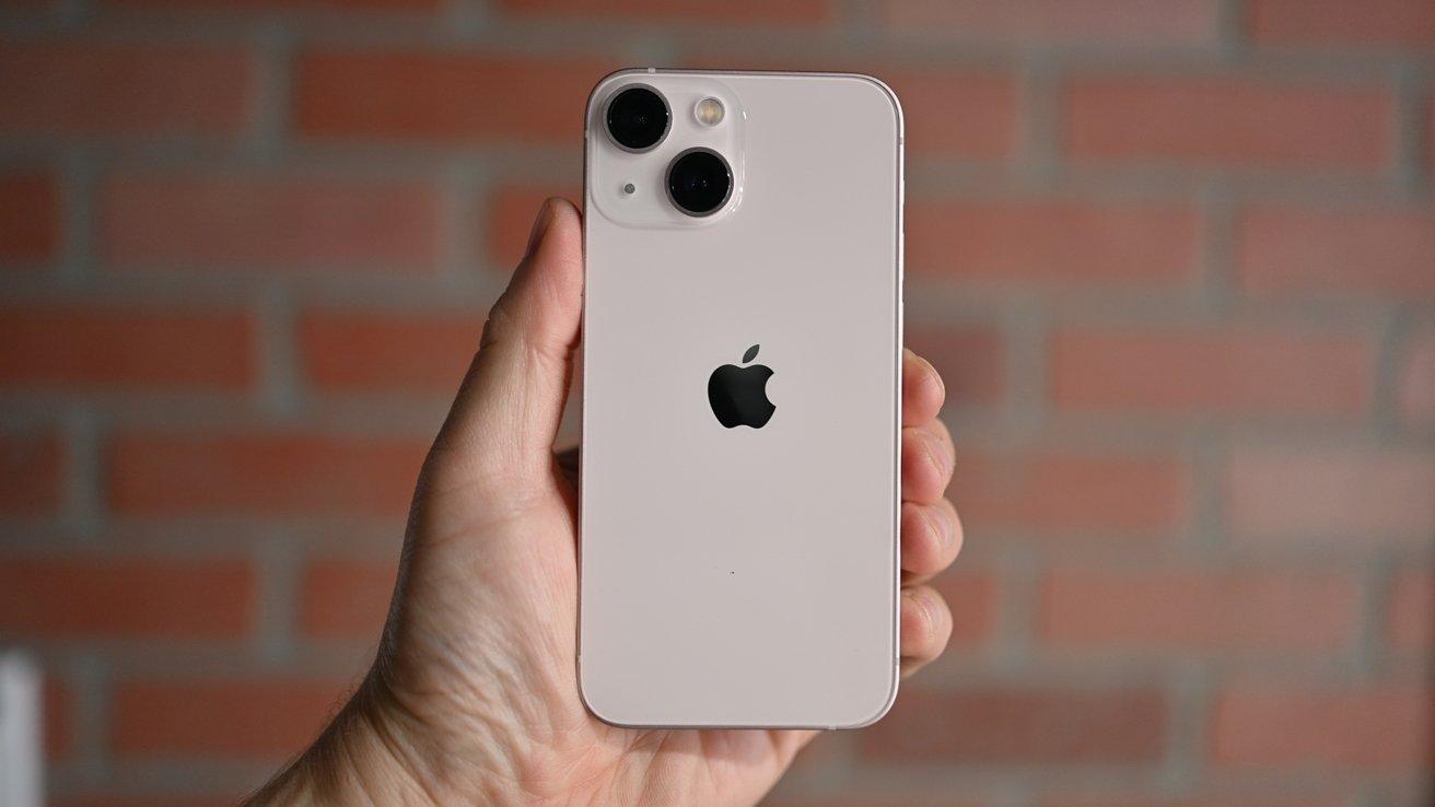 "Как держать iPhone 13 mini ""height ="" 738 ""loading ="" lazy ""class ="" img-responsive article-image ""/> </div> <p> <span class="