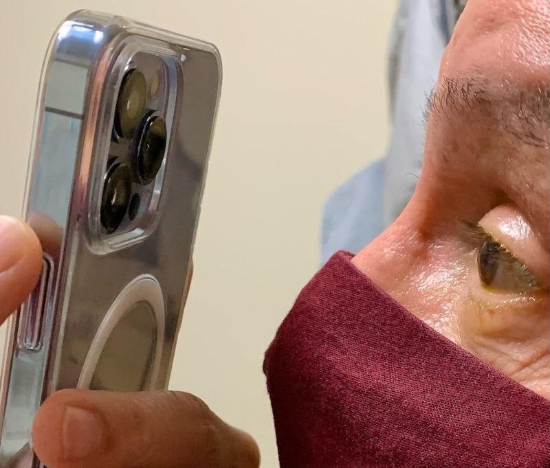 "Д-р. Корн использует iPhone 13 Pro, чтобы делать снимки глаз пациента. Предоставлено: доктор Томми Корн ""height ="" 682 ""loading ="" lazy ""class ="" img-responsive article-image ""/> </div> <p> <span class="